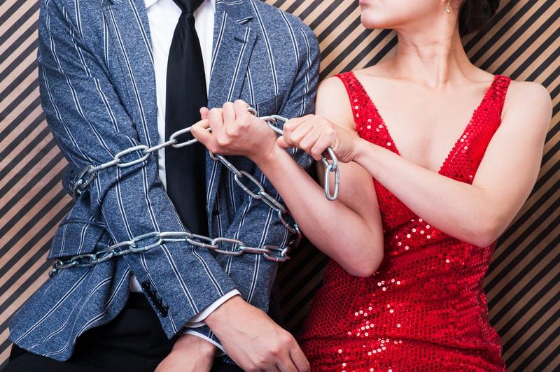 束縛する女性